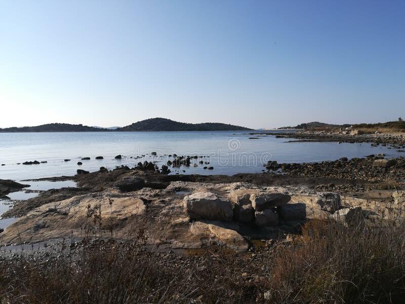 Steine auf dem Meer lizenzfreie stockfotografie