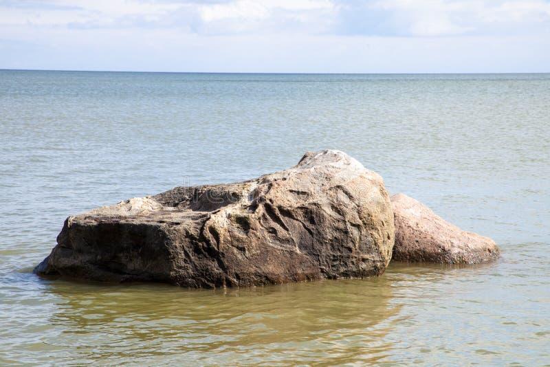 Steine auf dem Meer lizenzfreies stockbild