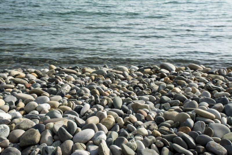 Steine auf einem Strand stockfotografie