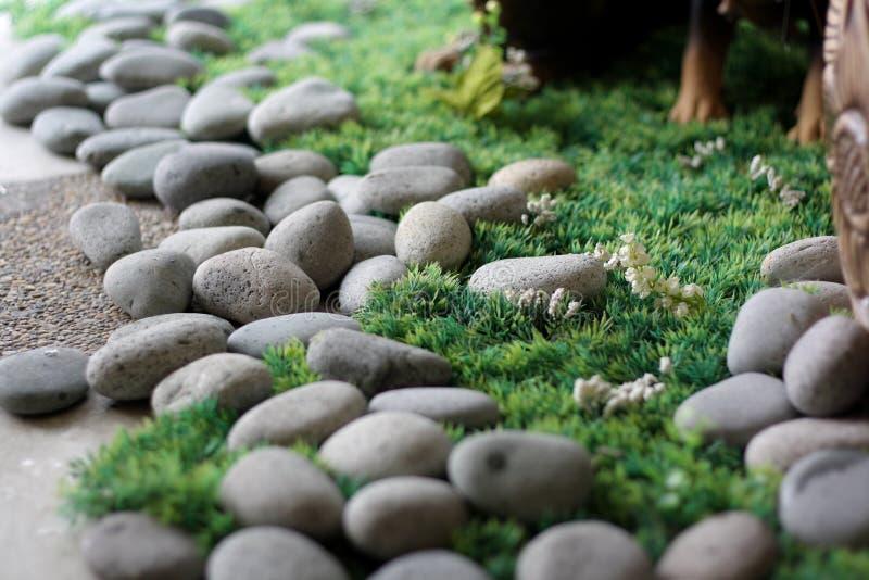 Steine auf Gras stockfotos
