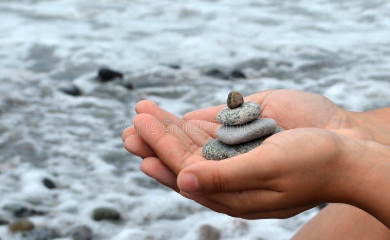 Steine in den Händen stockfoto