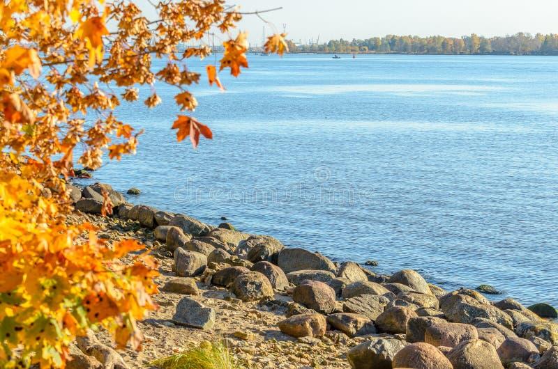 Steine an der Küstenlinie von Daugavafluß nahe Riga-Hafen, Lettland stockbild