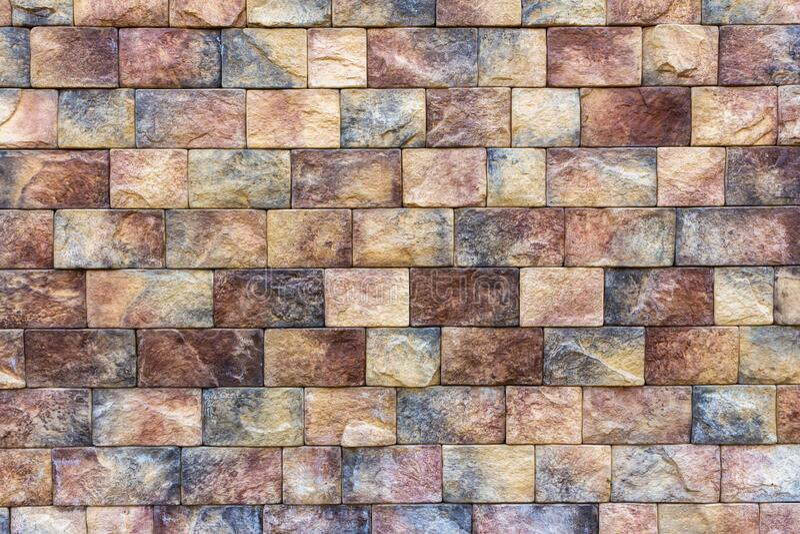 Steine, die an der durch Drahtzaun untermauerten Grenze angeordnet sind lizenzfreie stockbilder