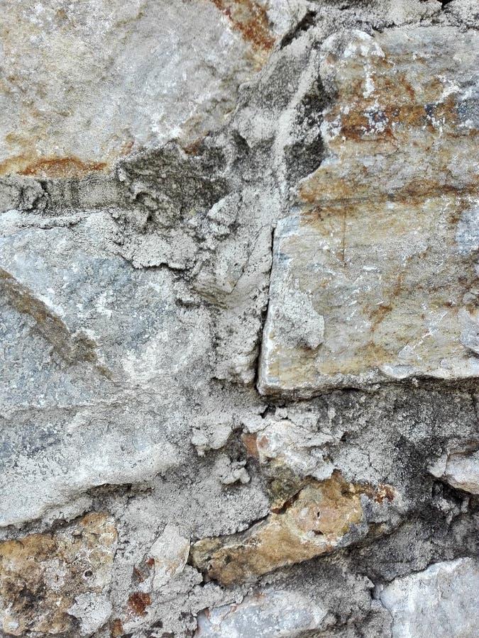 Steine, die eine Stützmauer bilden lizenzfreies stockbild