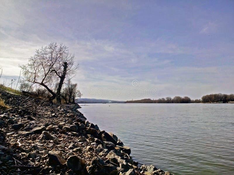 Steine durch den Fluss lizenzfreie stockfotos