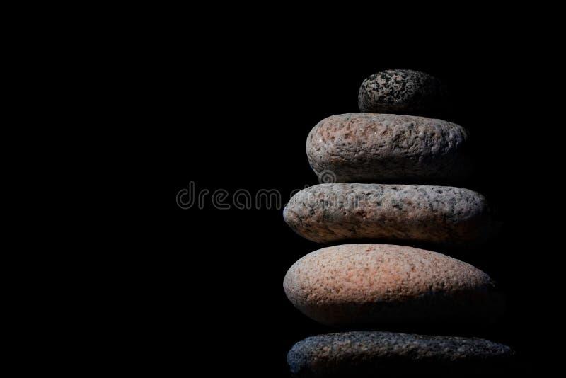 Steine im Schwerpunkt lizenzfreie stockfotos