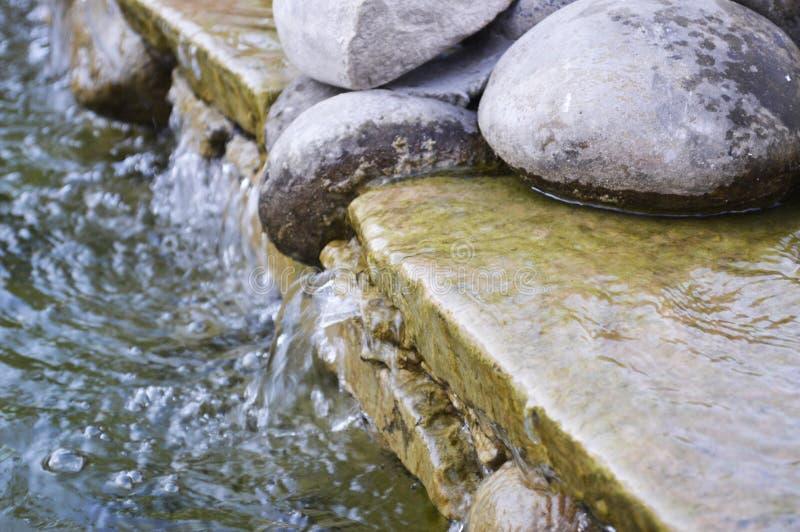 Steine im Wasser auf Schönheitsstadt Ternopil stockfotografie