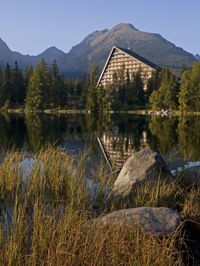 Steine, See und Hotel im hohen Tatras stockbilder