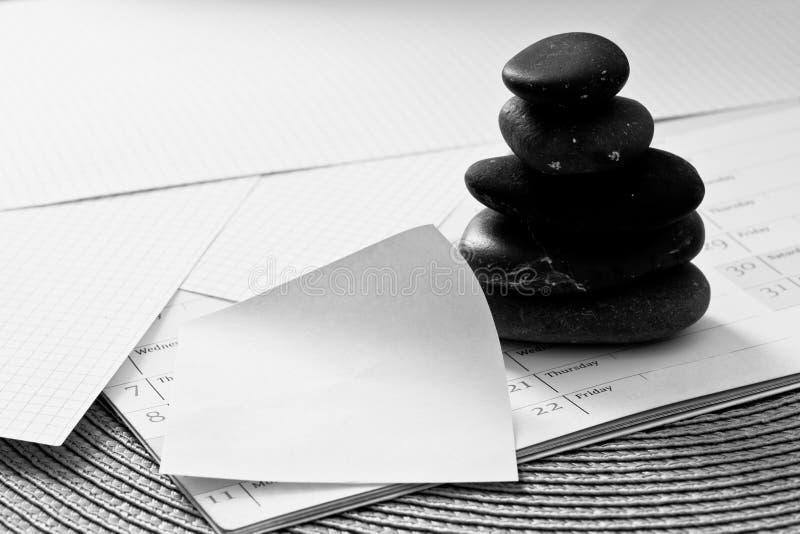 Steine u. leeres Protokoll, Geschäftsmetapher für Schwerpunkt lizenzfreies stockfoto