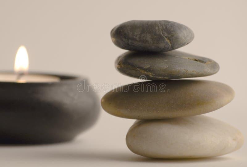 Steine und Kerze stockfoto