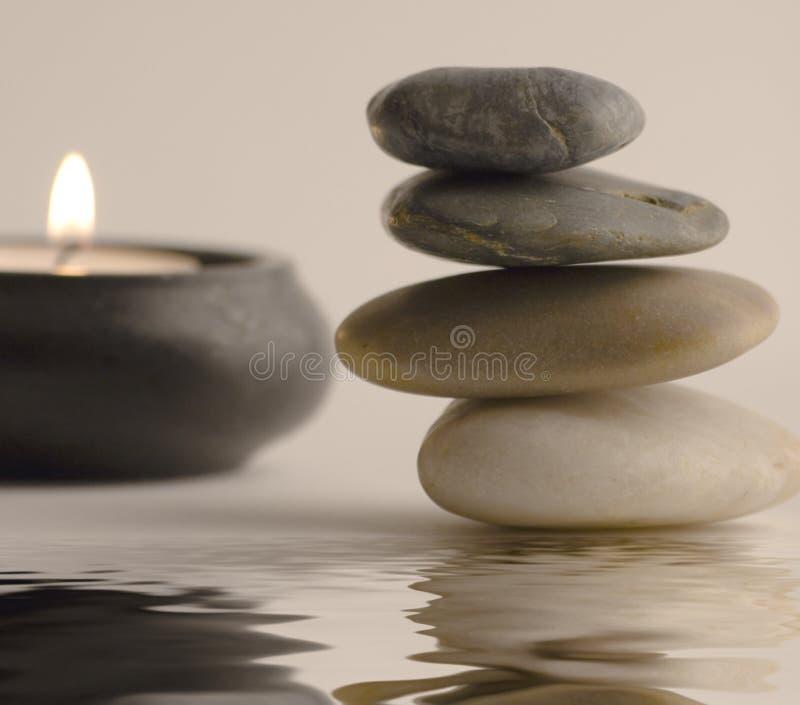 Steine und Kerze stockfotos