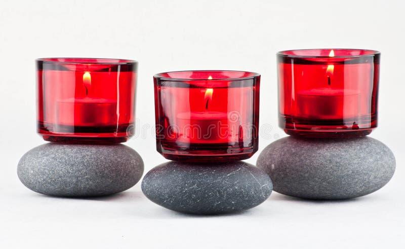 Steine und Kerzen lizenzfreie stockbilder