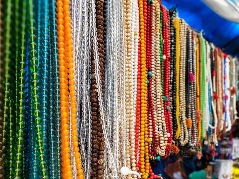 Steine und Perlenhalskette mit verschiedenen Farben lizenzfreies stockbild
