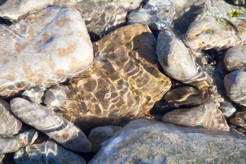Steine unter dem Wasser stockfotos
