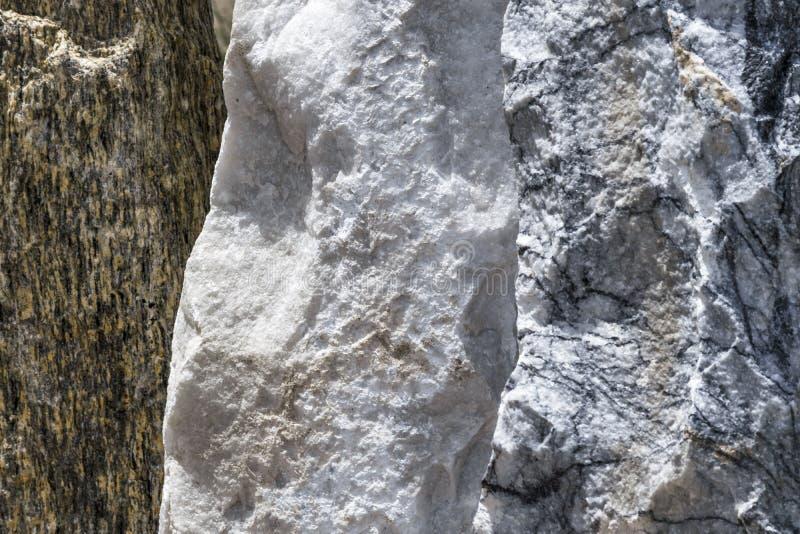 Steine von verschiedenen Farben in Folge Steinzaun oder Wand Landschaftsdekor lizenzfreies stockfoto