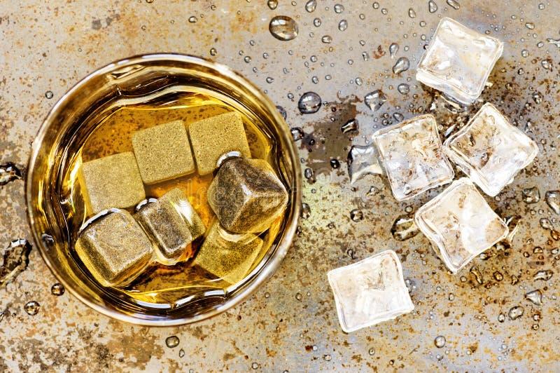 Steine, zum im Glas Whisky abzukühlen stockfotografie