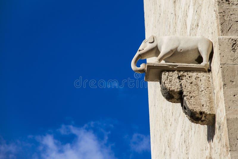 Steinelefant, der heraus von den alten Kalksteinwänden haftet lizenzfreies stockbild