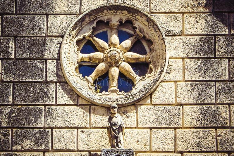 Steinfassade der alten katholischen Kirche mit rundem Fenster, Dubrovnik, Kroatien stockfotos