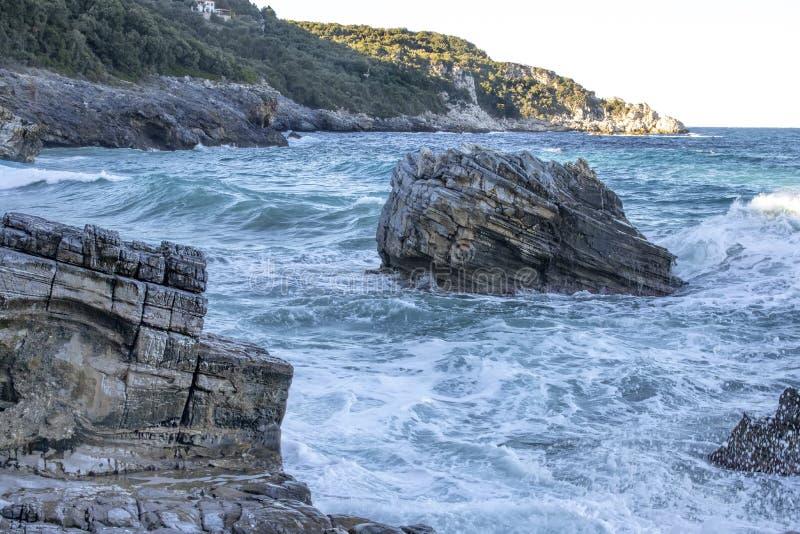 Steinfelsen schroff durch Wasser in den stürmischen Wellen des Meeres stockfoto