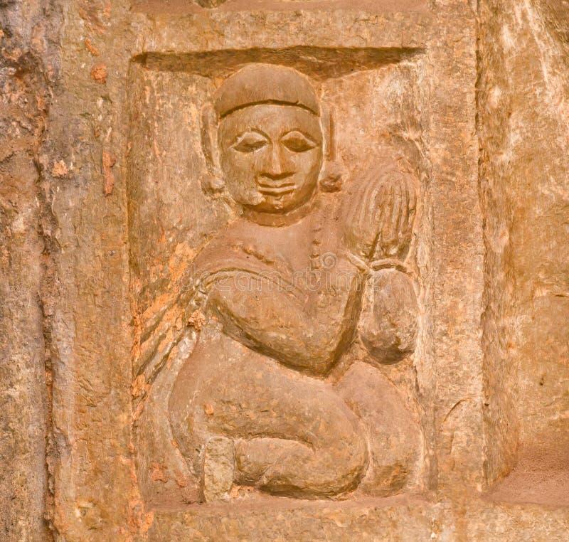 Steinflachrelief mit Frau umklammerte ihre Hände zusammen im Gebet stockbilder