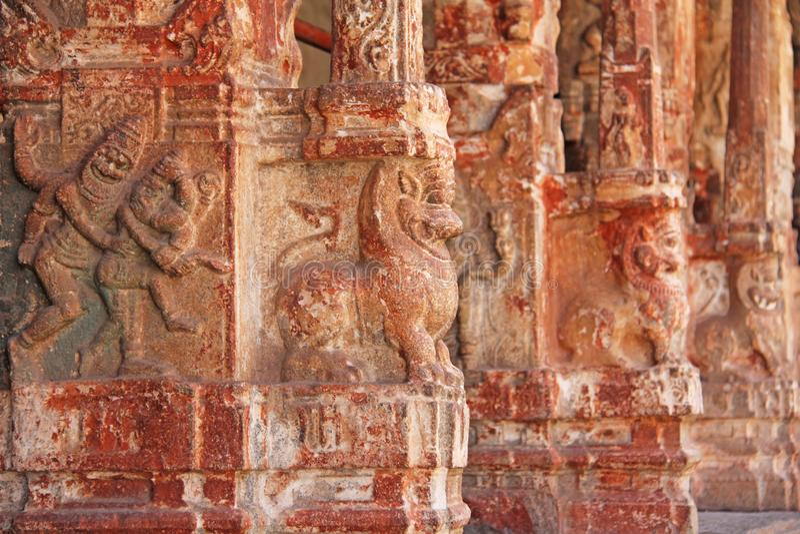 Steinflachreliefs auf der Spalte in Shiva Virupaksha Temple, Hampi Schnitzen des alten Steinhintergrundes Geschnitzte Zahlen gema stockfotografie
