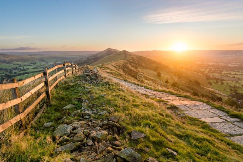 Steinfußweg entlang Berg Ridge In Peak District lizenzfreie stockbilder