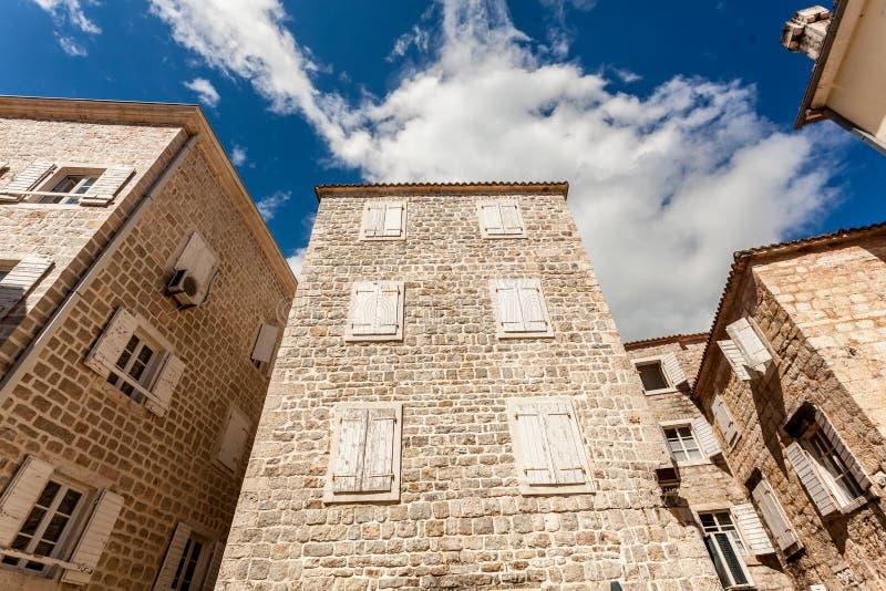 Download Steingebäude Mit Geschlossenen Fenstern Am Sonnigen Tag Stockbild - Bild von hinter, outdoor: 47101437