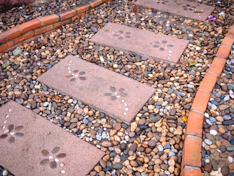 Steingehweg und Ziegelsteine im Garten lizenzfreie stockfotos