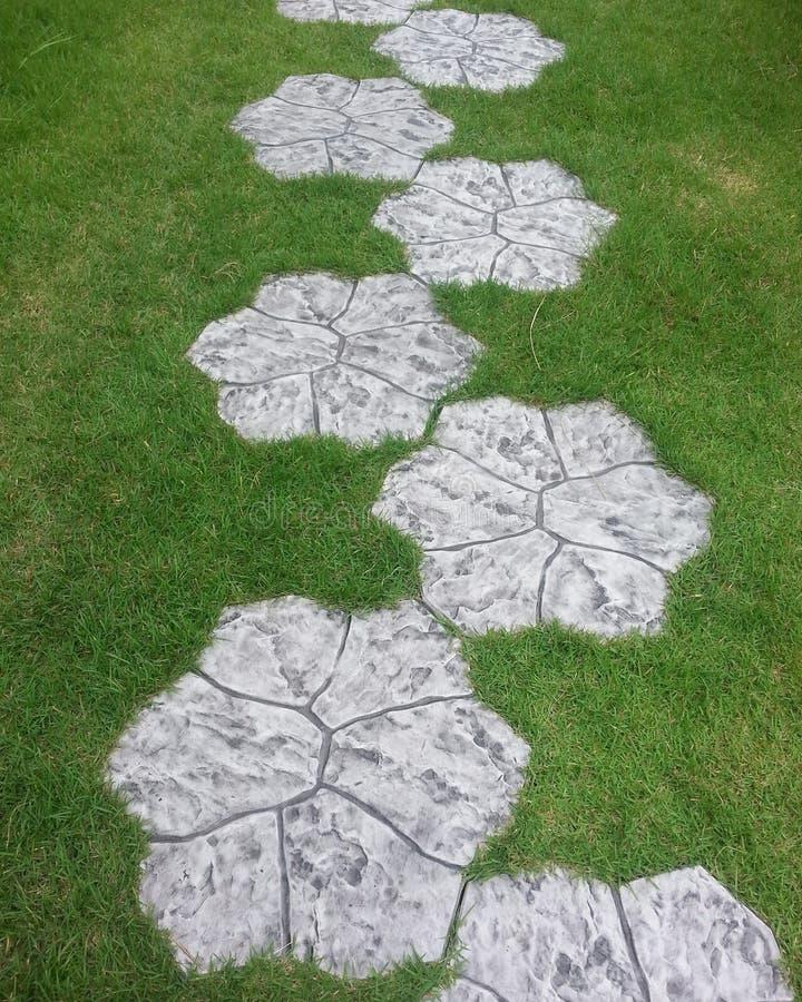 Steingehwegblumenform im Garten stockfotos