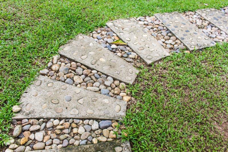 Steingehwegwicklung im Garten stockbild