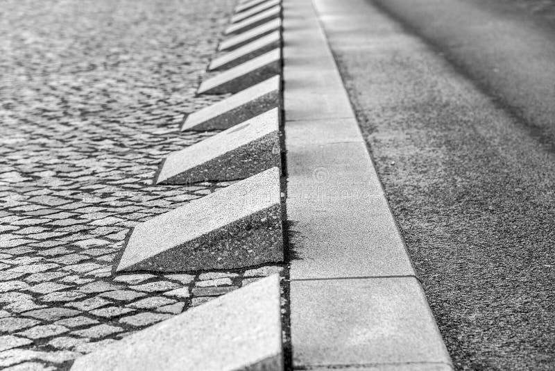 Steingrenze und Asphaltstraße lizenzfreie stockfotografie