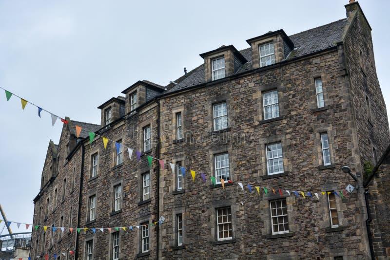 Steinhäuser mit bunter Flagge in Edinburgh stockbilder