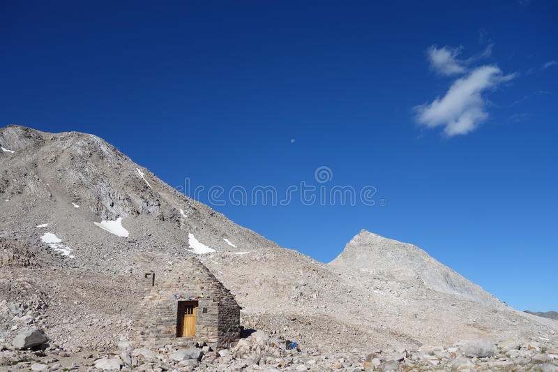 Steinhütte in den Bergen stockfotos