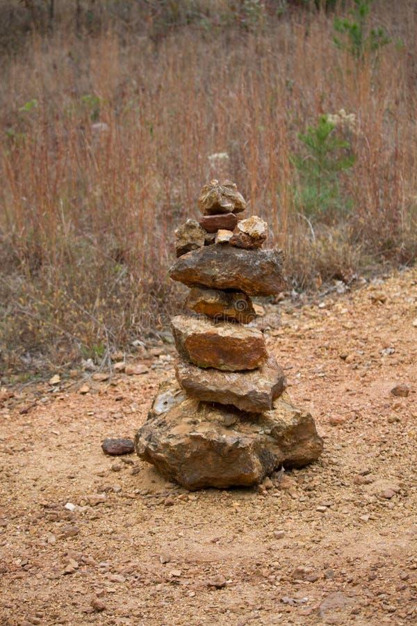 Steinhaufen auf einem Gebiet stockfoto