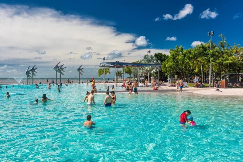 STEINHAUFEN; AUSTRALIEN - 17. APRIL 2017 Tropische Schwimmenlagune auf t stockfotos