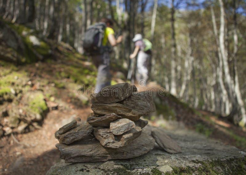 Steinhaufen und Trekkers lizenzfreie stockbilder
