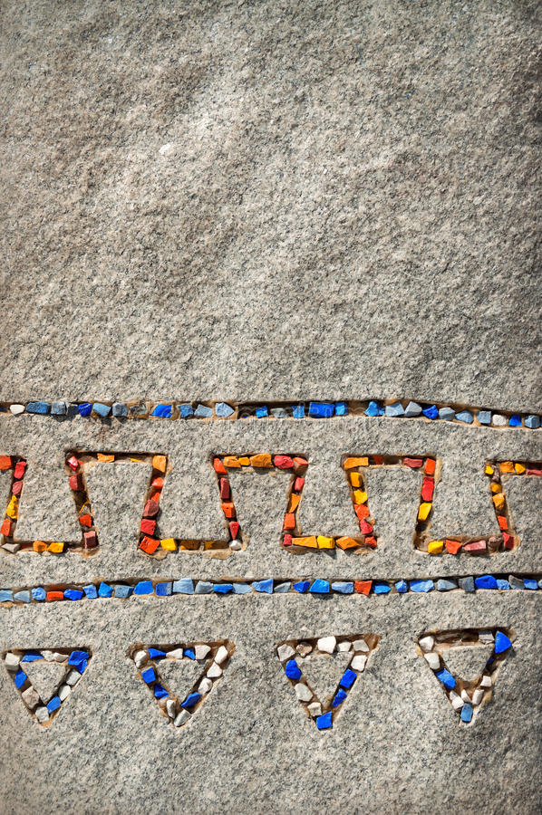 Steinhintergrund mit Mosaik eingelegter Verzierung lizenzfreie stockfotografie