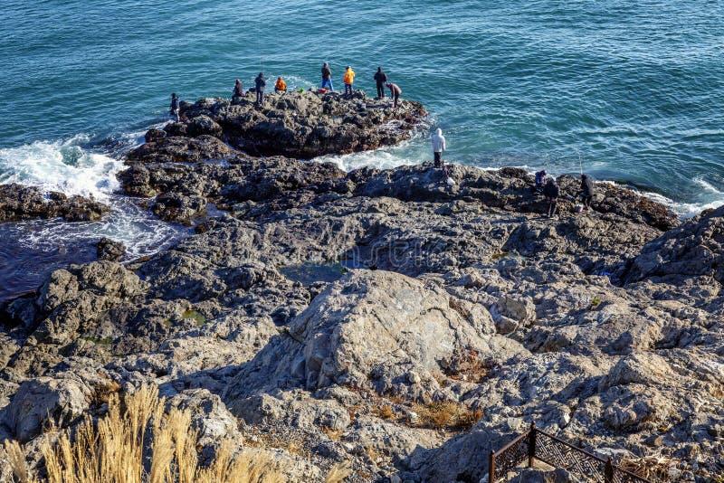Steinige K?ste und helles blaues Meer lizenzfreie stockfotos