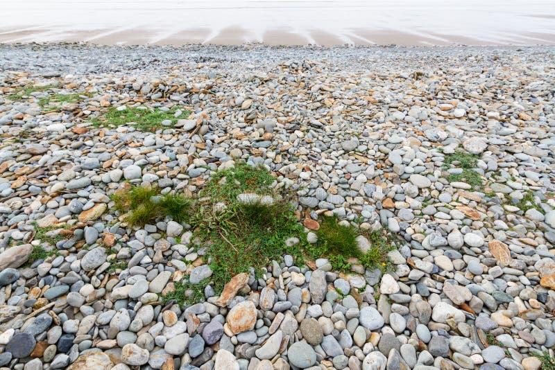 Steiniger Strand bei Ebbe lizenzfreies stockfoto