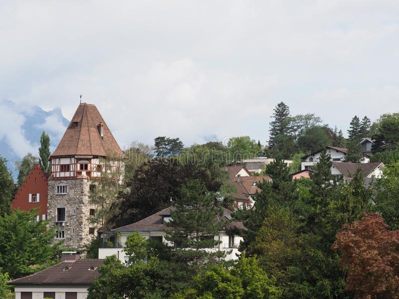 Steiniger Turm und Wohnsiedlung auf Hügel an der Stadtbildlandschaft der europäischen Hauptstadt der Schönheit von Vaduz, Liechte lizenzfreie stockbilder