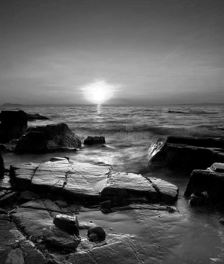 Steinküste-Sonnenuntergang stockfotos