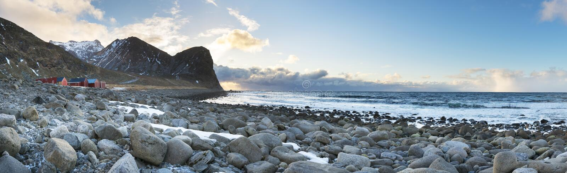 Steinküstenlinienpanorama von Lofoten-Inseln, lizenzfreie stockfotos