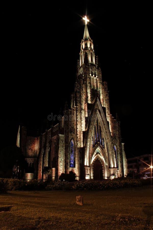 Steinkathedralenstadt Canela/Gramado mit gelber Beleuchtung, Rio Grande Do Sul, Brasilien - Kirchenstadt Canela Rio Grande Do Sul stockfotos