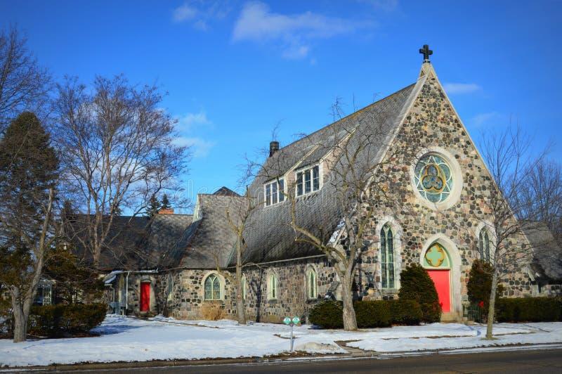 Steinkirche mit roten Türen lizenzfreie stockbilder