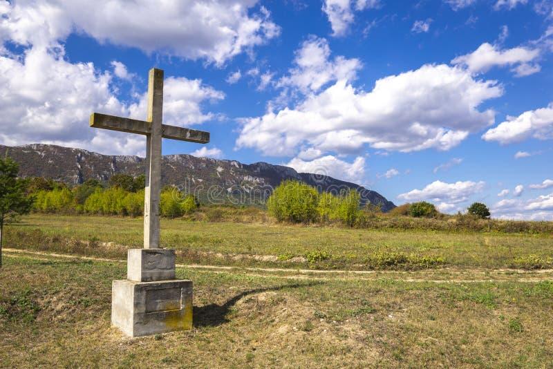 Steinkreuz auf dem Berg über Wolken gegen blauen Himmel lizenzfreies stockfoto
