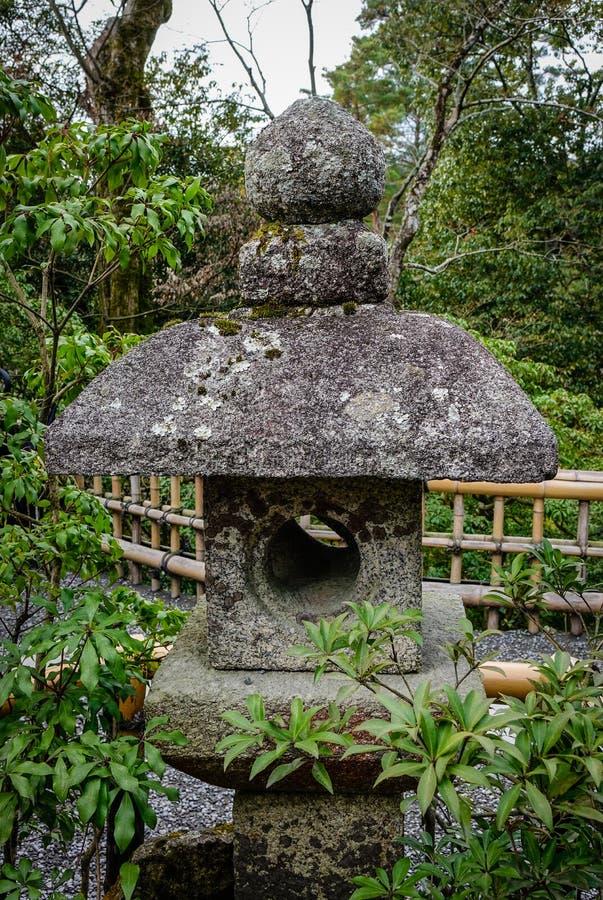 Steinlaterne im japanischen Zengarten stockbild