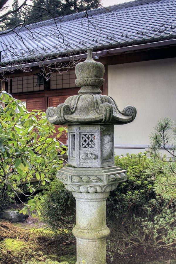 Steinlaterne am japanischen Garten lizenzfreie stockbilder