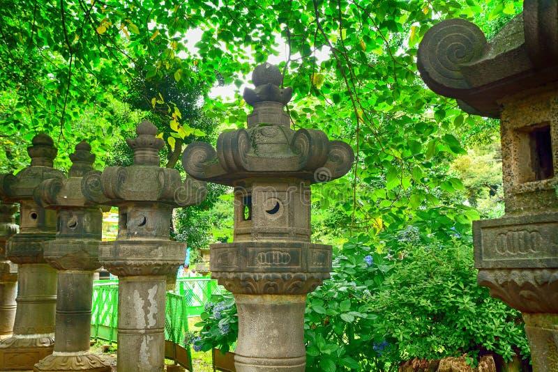 Steinlaternen in Ueno-Park, Tokyo, Japan stockbild