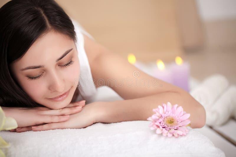 Steinmassage auf Weiß Frau, die entspannende Rückenmassage in der Cosmetology-Badekurort-Mitte genießt Körperpflege, Hautpflege,  stockfotografie