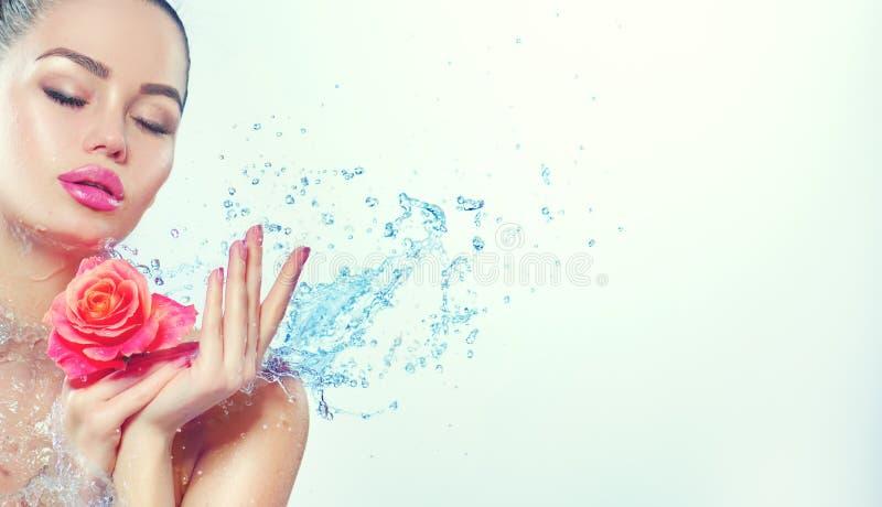 Steinmassage auf Weiß Lächelndes Mädchen der Schönheit mit spritzt vom Wasser und stieg in ihre Hände lizenzfreie stockbilder